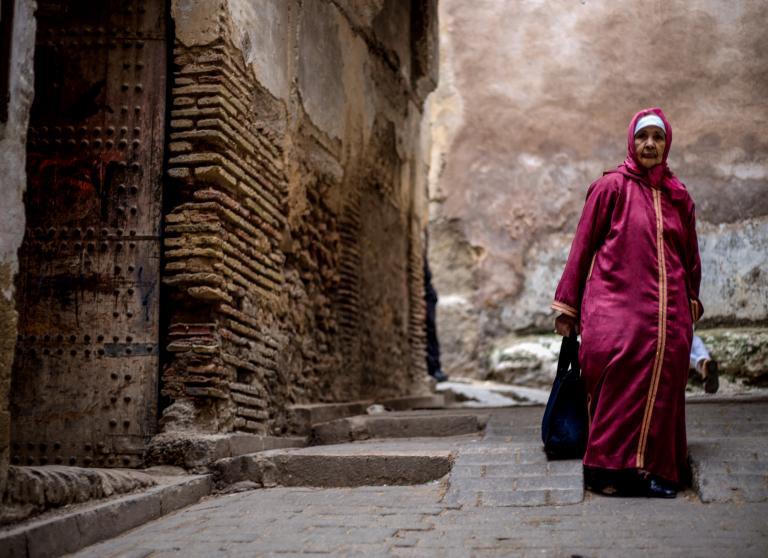 Mujer paseando por las calles de Marrakech